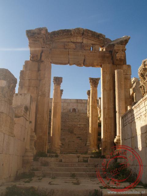 De toegangspoort tot de kathedraal in Jerash
