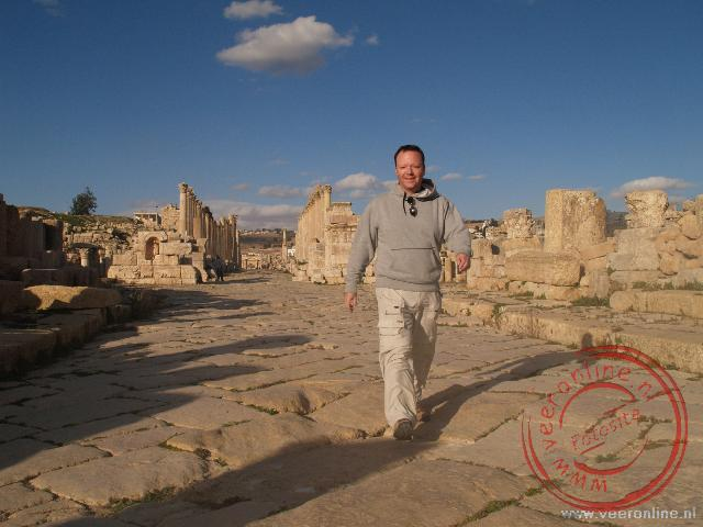Ronald in de hoofdstraat van Jerash