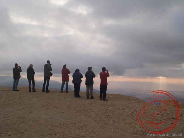 Een foto van de zonnestralen die op één punt stralen.