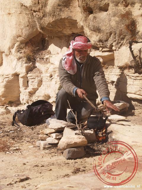 Onze gids Achmed tovert een theepotje uit zijn rugzak en maakt thee voor ons