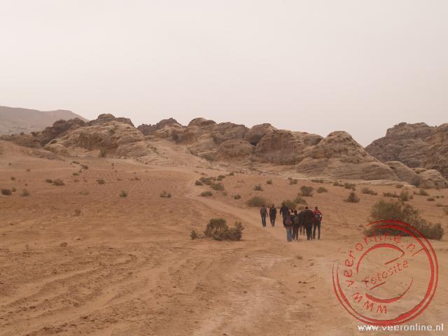 De wandeling naar de achteringang van Petra