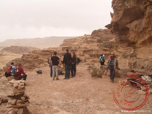 Een theepauze in de wandeling door de bergen naar de achteringang van Petra
