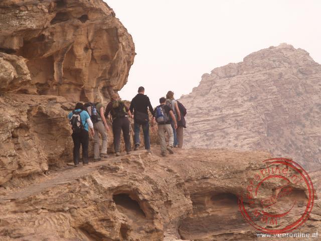 De wandeling naar Petra loopt over smalle richeltjes