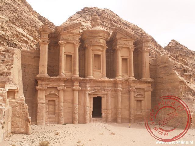 Het uit de rosten gehouwen klooster in Petra