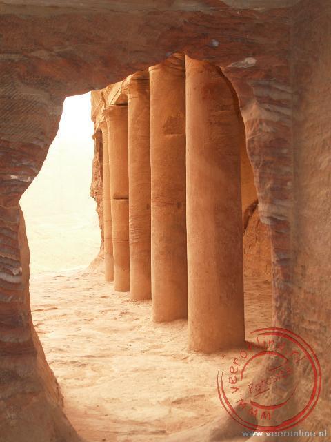Een doorkijkje vanuit de Urn Tombes