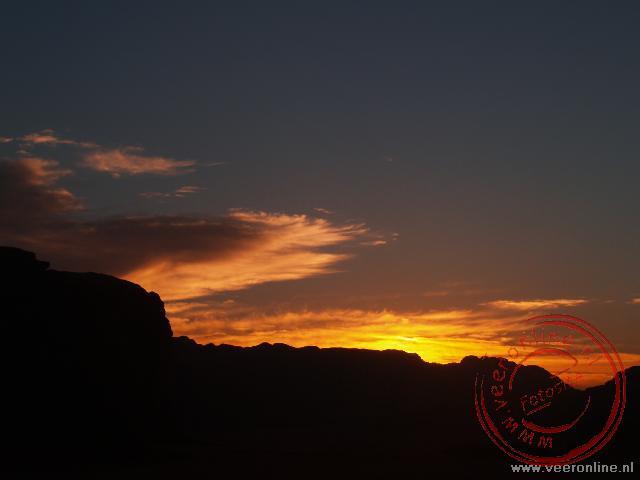 Een prachtige zonsondergang in de woestijn bij Wadi Rum