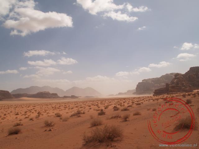 De uitgestrekte woestijn van Wadi Rum Jordanië