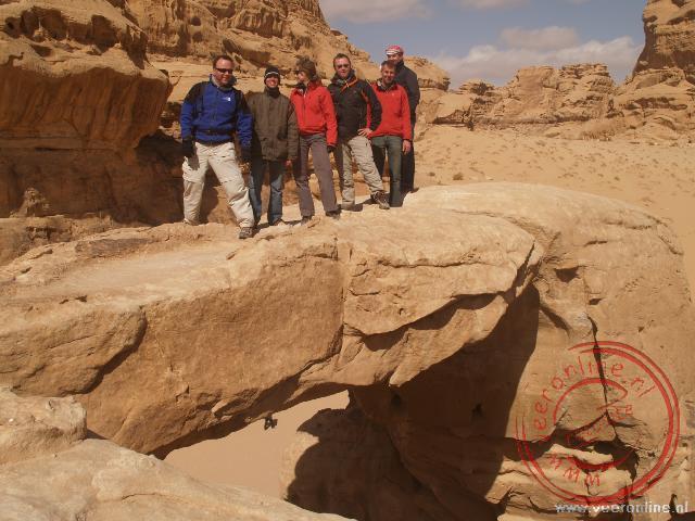 Op de Rock Bridge in Wadi Rum