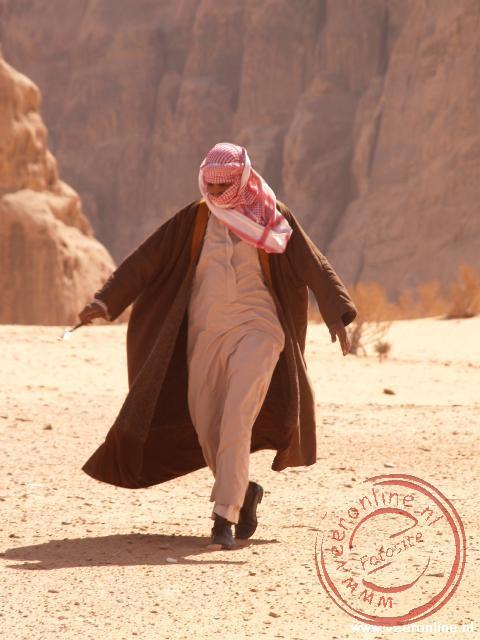Onze chauffeur heeft zich goed ingepakt tegen het zand