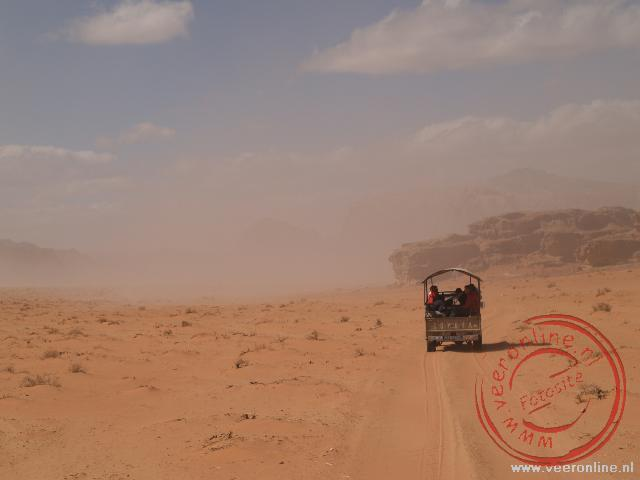 Een zandstorm nadert in de woestijn