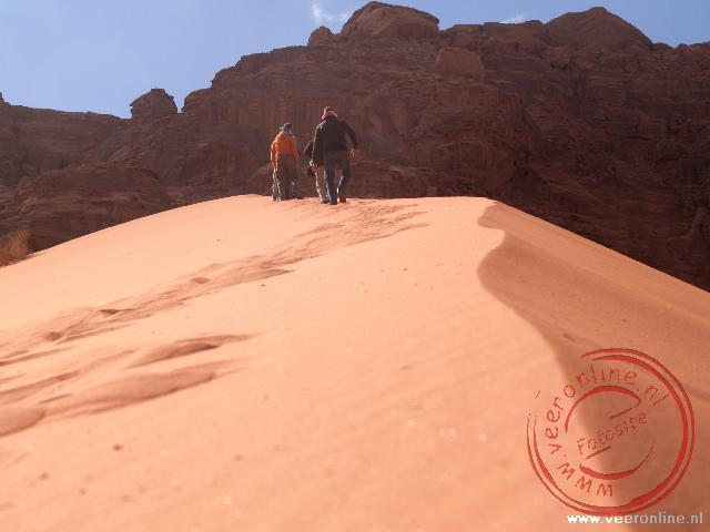 De beklimming van de hoogste zandduin in de woestijn Wadi Rum
