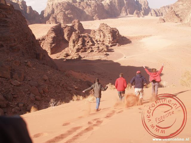 Van de zandduin rennen in Wadi Rum