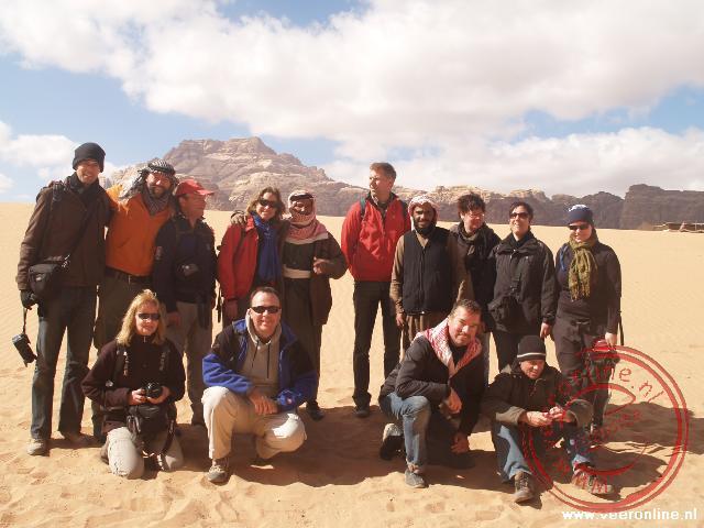 Een groepsfoto in de Wadi Rum woestijn. Alleen Wendy ontbreekt op de foto