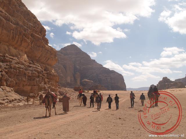 De woestijnwandeling door Wadi Rum