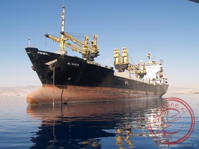 Grote vrachtschepen in de haven van Aqaba