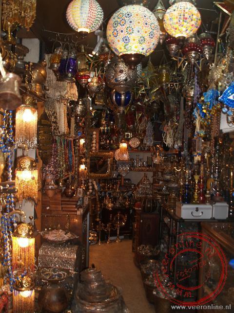 Een klein winkeltje met lampen in downtown Amman