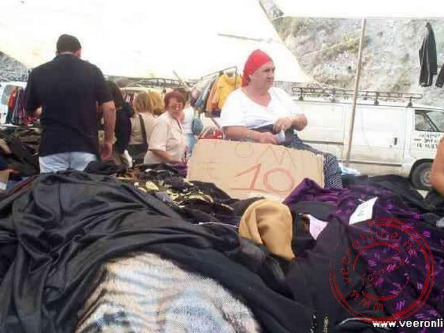 De markt van Heraklion, waar de verkoopster tussen het waar in zit