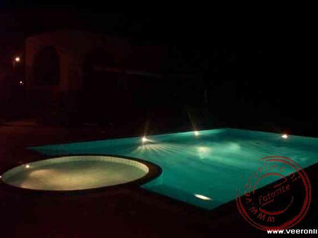 het zwembad bij het appartement s nachts