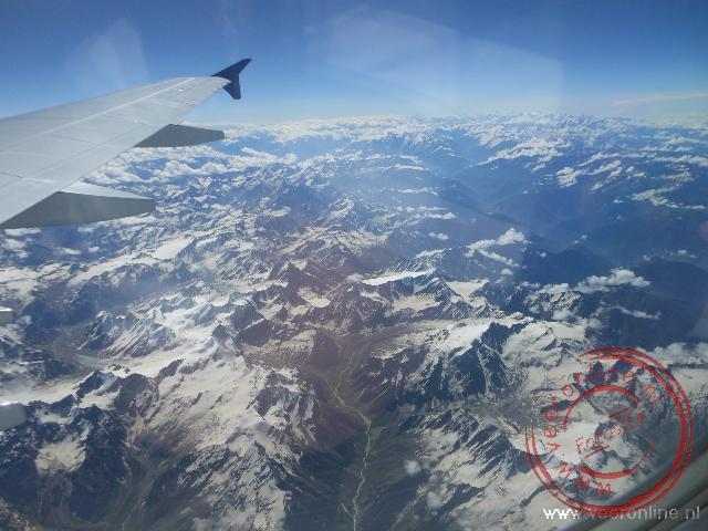 De besneeuwde toppen van de Himalaya reuzen onderweg naar Leh