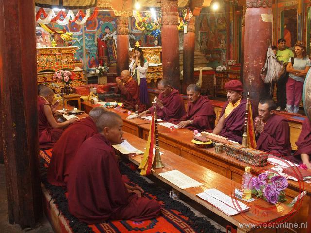 Monniken bidden in het Hemis klooster