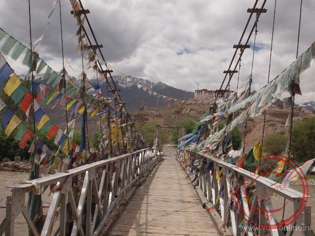 De brug over de Indus rivier naar de Stakna Gompa