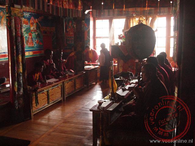 Monniken bidden in de Stakna Gompa