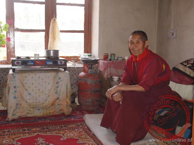 Een oude non laat haar kamer zien in het Gaden Chhatnyanling vrouwenklooster