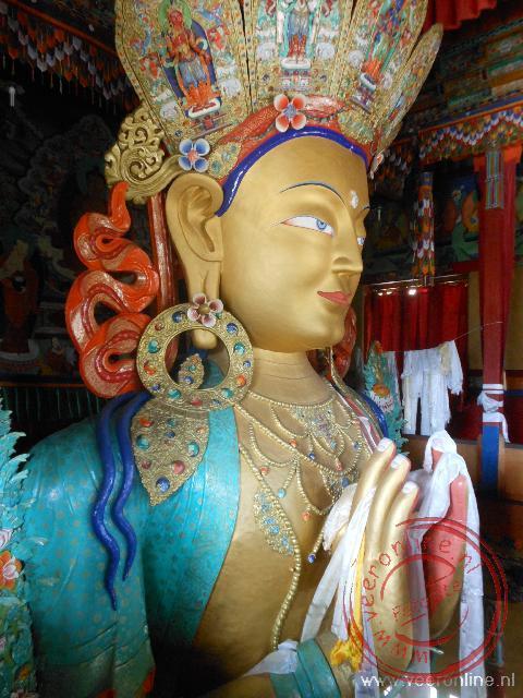 Het veertien meter hoge Future Boeddha beeld