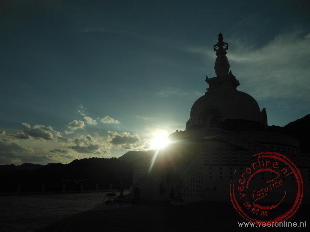 De Shanti Stupa bij de zonsondergang in Leh