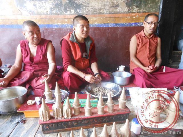 Monniken maken gebedsstupa's als voorbereiding van het feest