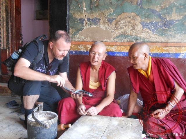 Monniken bekijken de foto's uit Nederland