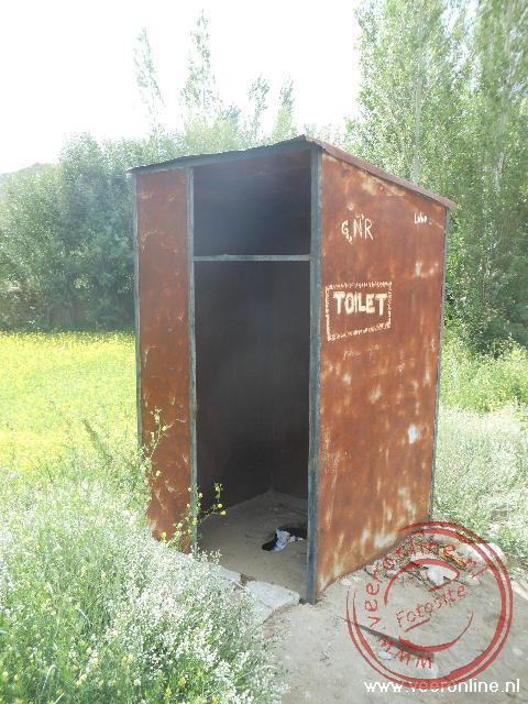 Een primitief toilet op de campsite