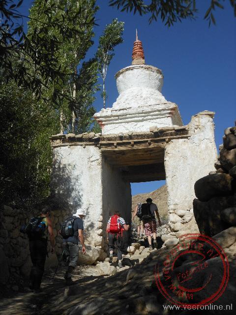 Onderweg passeren we stupa's