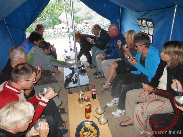 Speciaal voor het eten zet de crew elke dag een grote tent op