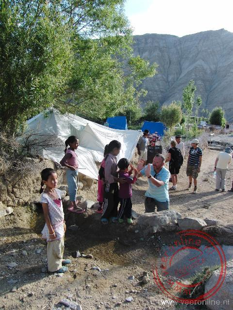 Een ontmoeting met kinderen tijdens de trekking