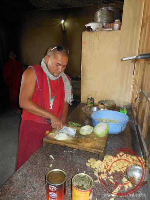 De kok is bezig in de keuken van het Rizong klooster