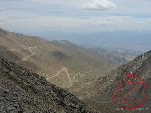 De afdeling vanaf de Khardung La bergpas naar Leh