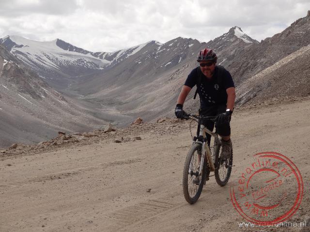 Op de mountainbike afdalen naar Leh. Een hoogteverschil van ruim 2.000 meter