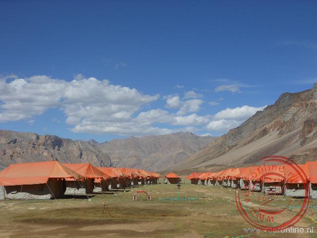 Het tentenkamp in Sarchu voor reizigers over de Himalaya bergen