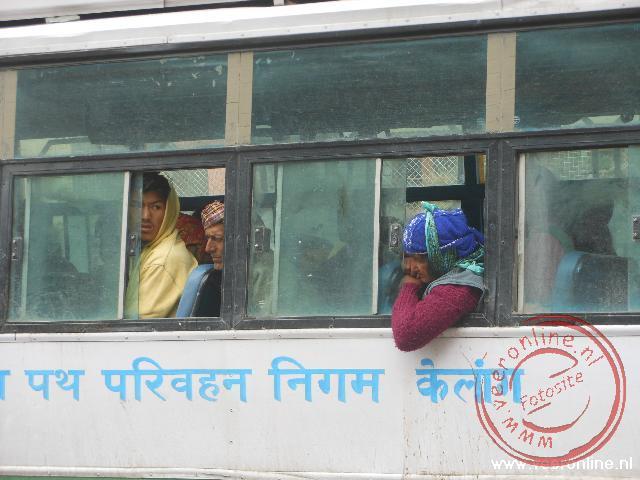 Mensen wachten tot de bus weer verder rijdt op de Rothang pas
