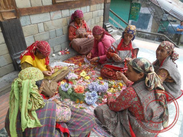 Vrouwen maken versieringen bij de Manu tempel in Manali