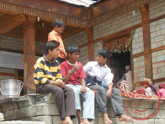 Jongeren zitten bij de Manu tempel