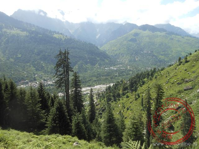Het uitzicht vanaf de berghellingen rond Manali