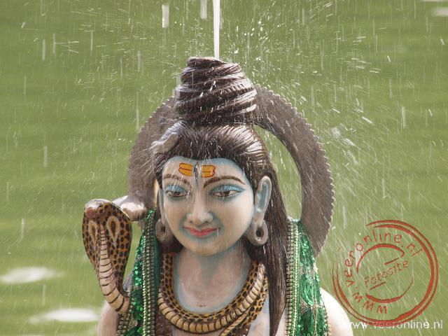 Het heilige water spuit uit de fontein in de Sir Durgiana Temple