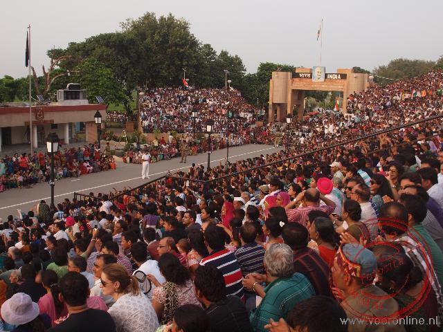 Duizenden toeschouwers zijn aanwezig om het sluiten van de grens mee te maken