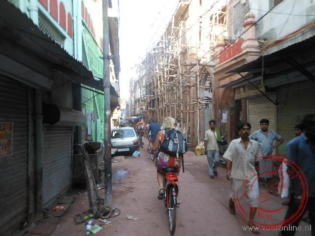 Op de fiets door de smalle straatjes van Delhi