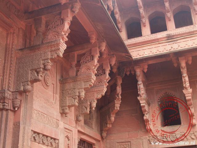 Prachtige versieringen binnen in het Rode Fort van Agra