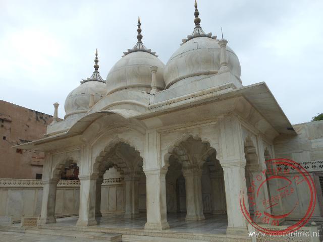 Een wit marmeren moskee binnen in het Rode Fort