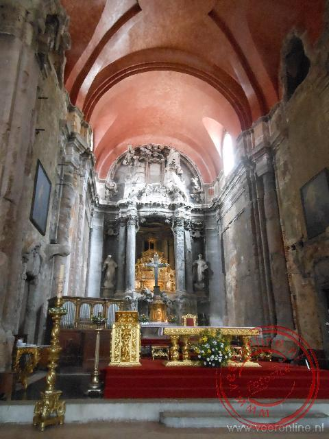 Het oude interieur van de Sao Domingoskerk in Lissabon