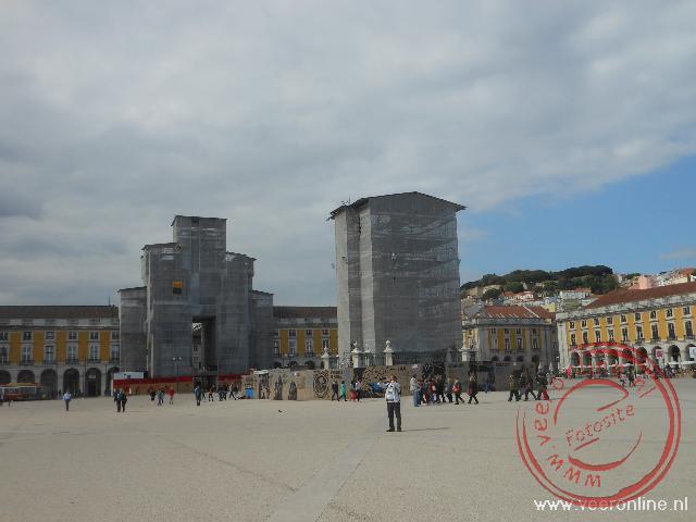 Het Praça do Comércio. De Triomfboog en het standbeeld staan in de steigers